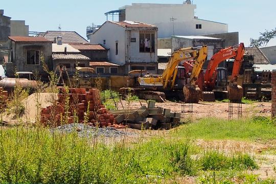 Những bãi đất hoang trở thành nơi để vật liệu xây dựng, xe cơ giới và cỏ mọc...