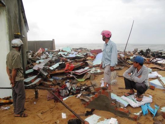 Sóng lớn đánh sập toàn bộ căn nhà của bà Nguyễn Thị Nguyệt