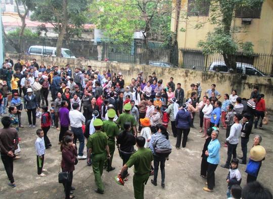 Hàng trăm người dân xã Quảng Nham đã kéo đến chứng kiến phiên tòa ngày 3-4