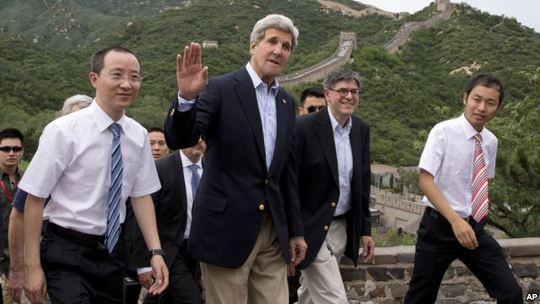 Ngoại trưởng John Kerry và Bộ trưởng Tài chính Jack Lew tham quan Vạn lý Tường Thành hôm 8-7. Ảnh: AP
