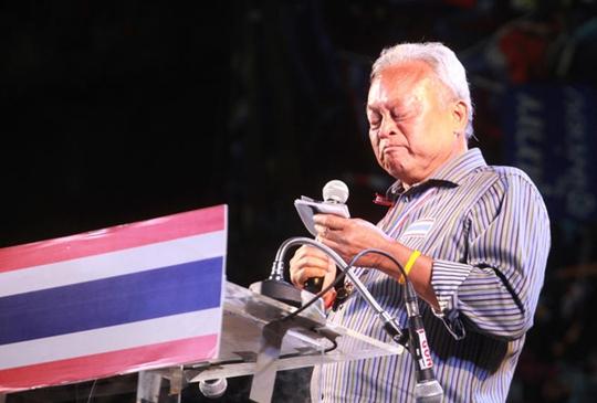 Ông Suthep không cầm nước mắt khi nói đến nạn nhân hấp hối sau vụ nổ bom chiều 17-1. Ảnh: Bangkok Post