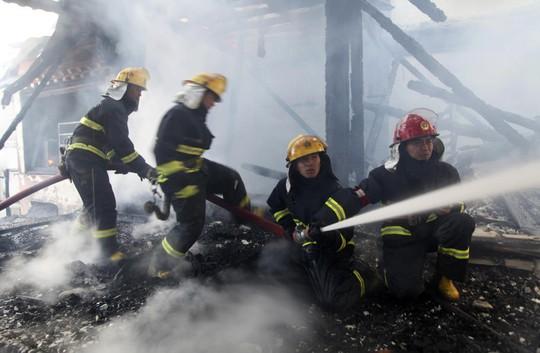 Cuối cùng ngọn lửa cũng dập tắt nhưng hơn 240 căn nhà bị tàn phá. Ảnh: Reuters
