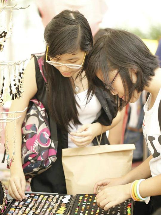 Người bán ở chợ chủ yếu là các bạn trẻ