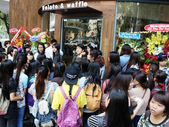 Hàng ngàn bạn trẻ, chủ yếu là nữ giới đã tập trung từ rất sớm để nhận phiếu tham dự lễ khai trương
