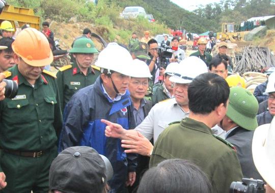 Phó Thủ tướng Hoàng Trung Hải đến hiện trường chỉ đạo công tác cứu hộ. Ảnh: Kỳ Nam