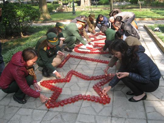 Thành viên trong đoàn cùng nhau thắp nến tưởng nhớ đến Đại Tướng Võ Nguyên Giáp