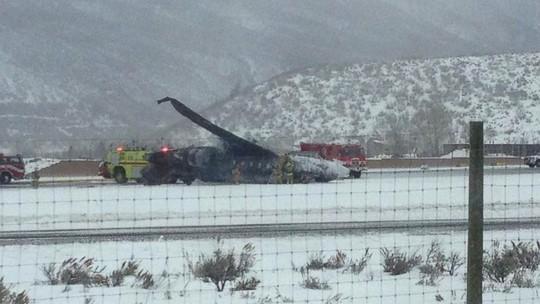 Chiếc máy bay tư nhân rơi ở sân bay Aspen, bang Colorado - Mỹ hôm 5-1  Ảnh: ABC NEWS