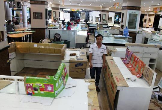 Những gian hàng cuối cùng đang vận chuyển đồ đạc để kịp trả mặt bằng.