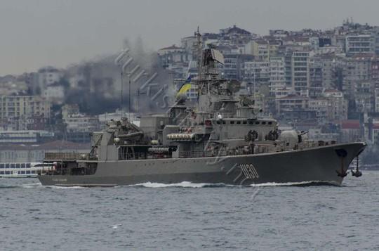 ...và vẫn treo cờ Ukraine. Ành: Turkish Navy