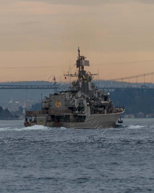 Hetman Sahaidachny vượt qua eo biển Bosphorus của Thổ Nhĩ Kỳ hôm 5-3... Ảnh: Turkish Navy