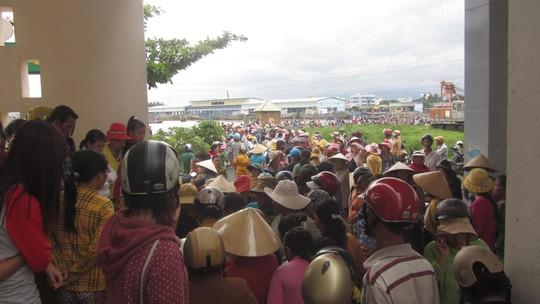 Hàng ngàn người dân đội mưa cả ngày ngóng tin tức người thân