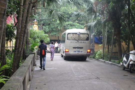Xe lăn bánh rời khỏi cổng chùa