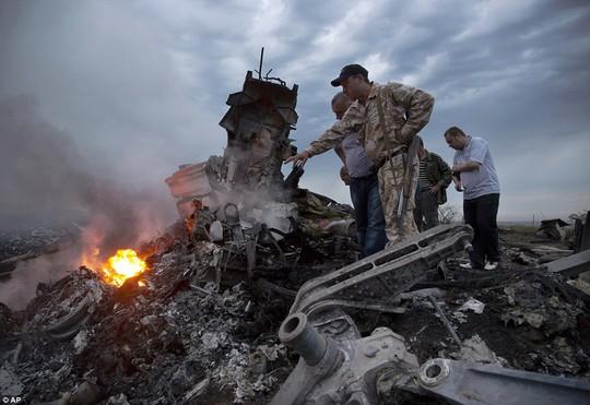 Vụ máy bay Malaysia rơi: Choáng váng vì thi thể rơi