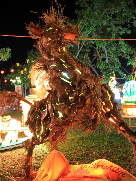 Tác phẩm hình ngựa phi bằng rễ tre