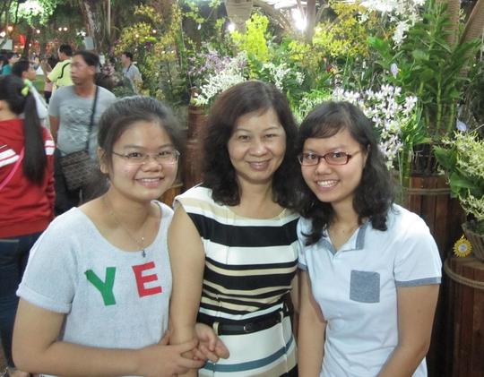 Từ khi chồng mất vì bệnh hiểm nghèo, chị Phạm Kim Oanh vừa làm cha vừa làm mẹ của 2 cô con gái. Ảnh: NGÂN HÀ