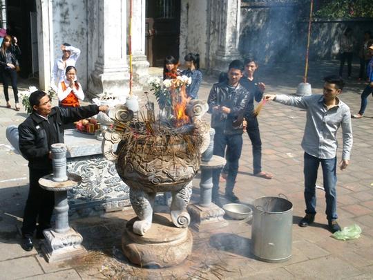 Hương được du khách mang vào đền đốt, thắp tràn lan dù đã bị cấm đem vào đền.