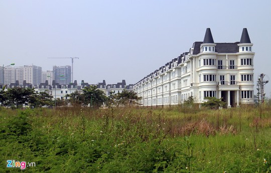 Các khối biệt thự, nhà vườn kết hợp với công trình công cộng, mặt hồ, các dải cây xanh tạo nên một chuỗi liên hoàn nhưng hoang vắng.