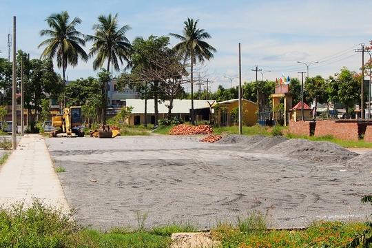 Ngoài ra, tập đoàn này còn tự ý cho làm sân bóng để cho thuê lại. Việc làm này cũng bị UBND TP Đà Nẵng thổi còi. Trong một cuộc hợp cuối tháng 5 vừa qua, thành phố chia sẻ khó khăn với doanh nghiệp bằng việc cho làm tạm sân bóng trong thời hạn 5 năm.