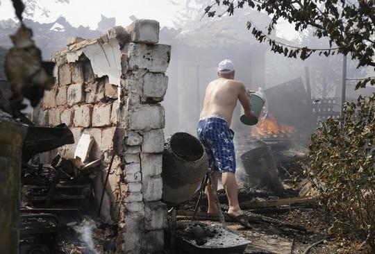 Một địa điểm dân cư ở TP Donetsk bị pháo kích tàn phá. Ảnh: AP