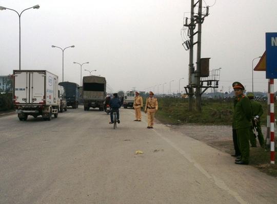 Lực lượng CSGT được tăng cường để phân luồng giao thông, tránh ùn tắc.