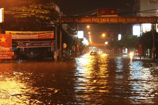 Đường Hưng Đạo Vương nước ngập lênh láng (Ảnh: HG chụp lúc 20h20, ngày 31-8)