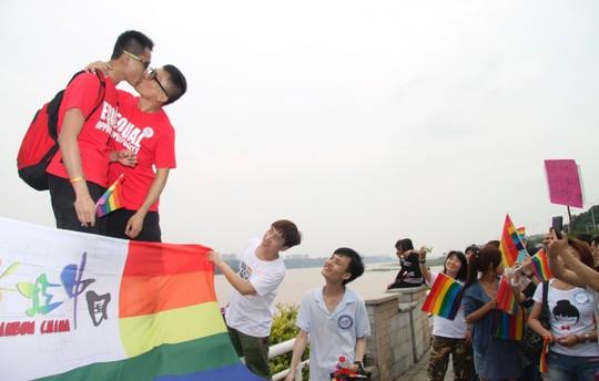 Nụ hôn đồng tính ở Trung Quốc. Ảnh: Reuters