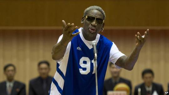 Cựu ngôi sao NBA Dennis Rodman hát mừng sinh nhật ông Kim Jong-un. Ảnh: AP