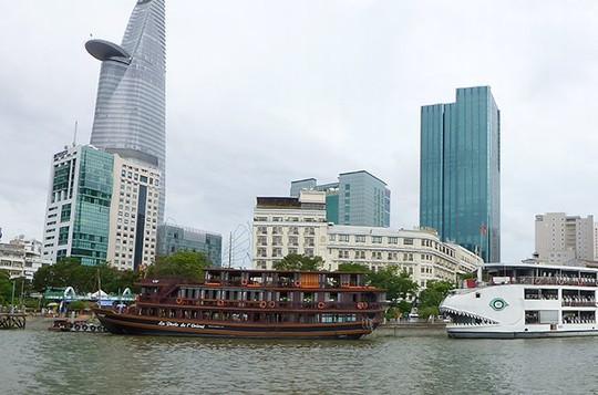 Một chiếc tàu nhà hàng ở bến Bạch Đằng - Ảnh: Đào Loan
