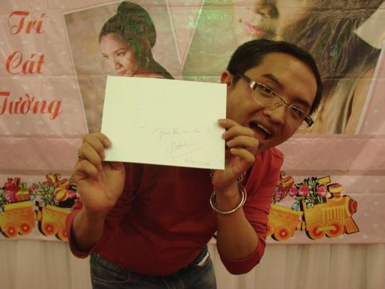 Khán giả vui mừng được chị ký tặng hình