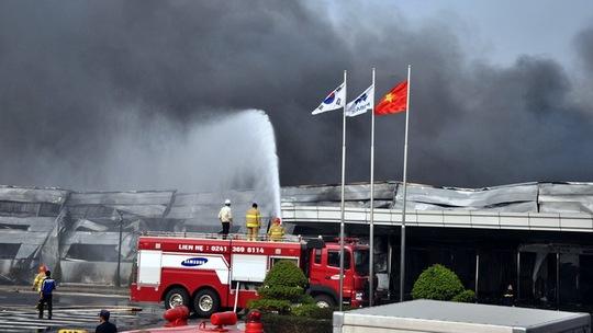 Đám cháy khói bốc lên hàng chục mét, bao phủ toàn bộ nhà máy