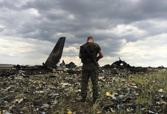 Máy bay quân sự Ukraine bị bắn hạ. Ảnh: AP