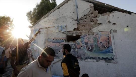 Các bức tường phía ngoài ngôi trường bị phá hủy. Ảnh: BBC