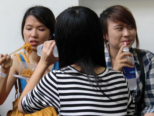Các bạn trẻ ngồi chờ từ sáng sớm đến 13 giờ với mong muốn gặp được thần tượng. Nhiều người mang theo nước uống và thức ăn