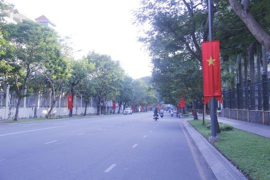 Đại lộ Lê Duẩn ngày thường náo nhiệt các phương tiện qua lại nhưng hôm nay thật vắng vẻ.