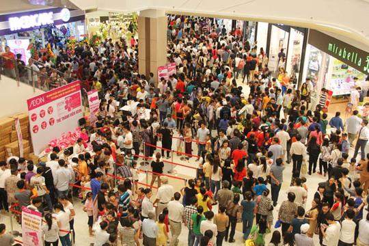 Khách đến khá đông trong ngày khai trương Aeon Mall Bình Dương. Ảnh: Lương Sơn