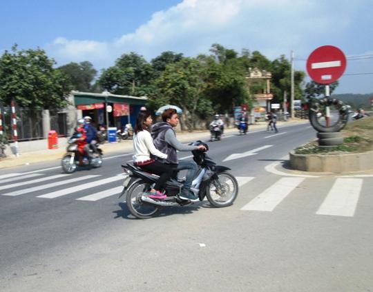 Những hình ảnh như thế này xuất hiện tràn lan ở Thanh Hóa trong những ngày Tết. Hình ảnh ghi lại trên Quốc lộ 1A đoạn vào đền Bà Triệu (xã Triệu Lộc, huyện Hậu Lộc).
