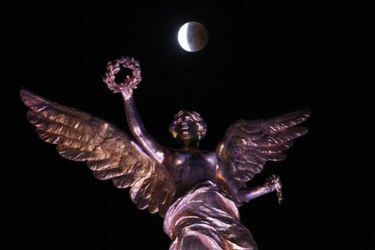 Cảnh trăng máu phía trên Tượng đài độc lập ở thủ đô Mexico. Ảnh: AP