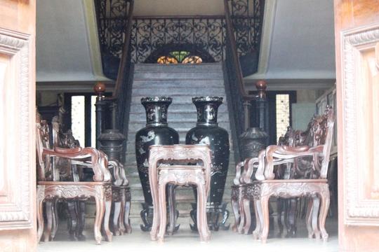 Nội thất bên trong đều là đồ cổ, có giá trị cao