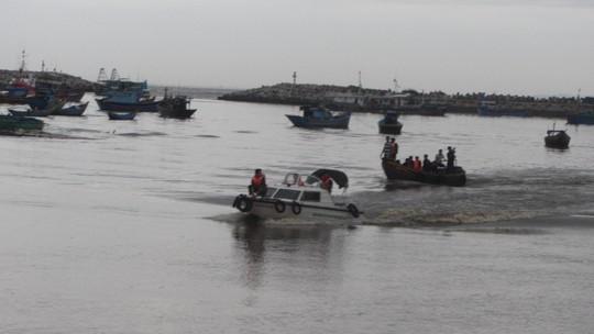 Ca nô đưa các ngư dân vào bờ