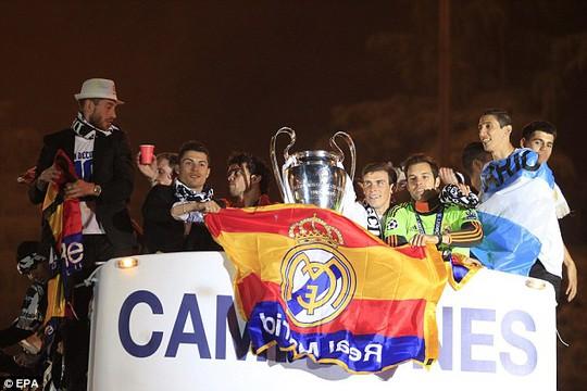 Ronaldo và đồng đội trong lễ rước cúp Champions League 2014