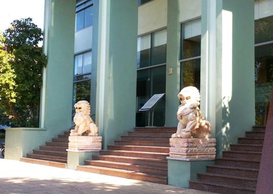 Trước tòa nhà Ngân hàng BIDV chi nhánh Thanh Hóa, một cặp sư sử đang nhe nanh, trừng mắt