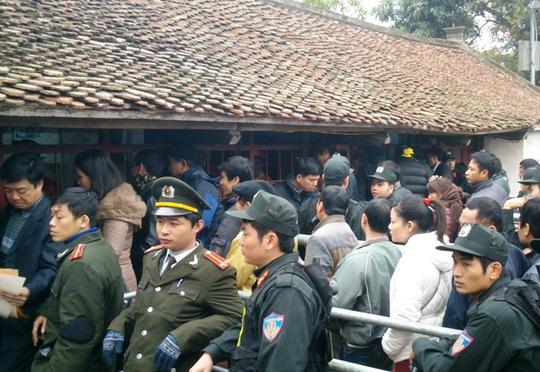 Người đến xin ấn chỉ phải xếp hàng ngay sát nhà phát ấn, chứ ko xếp hàng từ ngoài cổng như mọi năm.