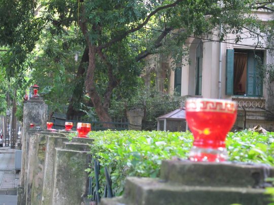 Những ngọn nến lung linh, được thắp sáng ở hàng rào ngôi nhà số 30 Hoàng Diệu trong những ngày này, để tưởng nhớ một năm ngày Đại tướng qua đời.