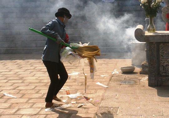 Rác được vứt tràn lan, dù trong đền có rất nhiều thùng đựng rác.