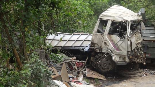 Chiếc xe tải bị lật, nằm chắn ngang đường