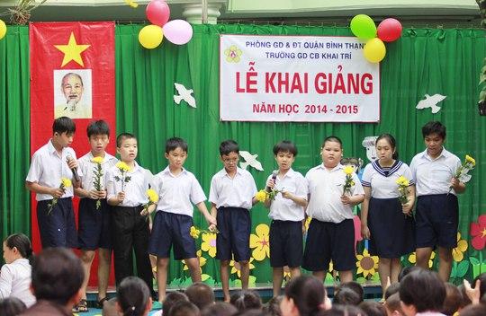 Mặc dù không được như các bạn cùng trang lứa nhưng các em học sinh vẫn hát và múa rất hay