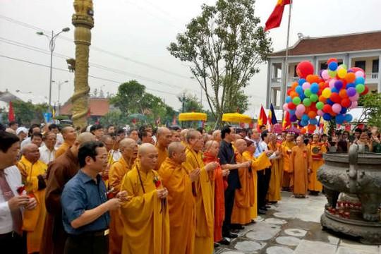Các đại biểu Trung ương, Giáo hội Phật giáo Việt Nam, tỉnh Nam Định và nhân dân, phật tử làm lễ dâng hương