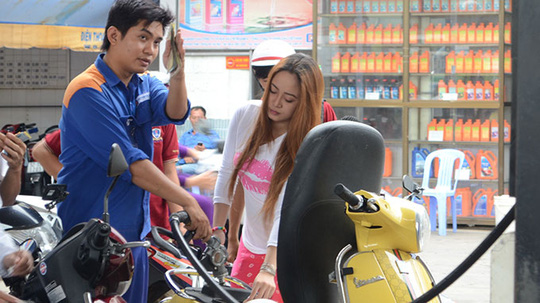 Như mọi lần, giá xăng thế giới giảm mạnh nhưng giá xăng bán lẻ trong nước vẫn giữ nguyên - Ảnh: Hồng Quý