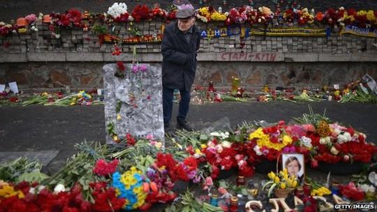 Quảng trường Độc lập (Ukraine) được lấp đầy bởi hoa tưởng niệm người biểu tình thiệt mạng