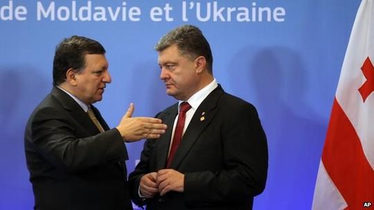 Tổng thống Ukraine Petro Poroshenko (phải) ca ngợi thỏa thuận với EU. Ảnh: AP